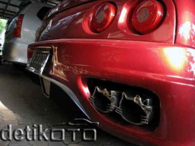 Hello Kitty Ferrari exhaust